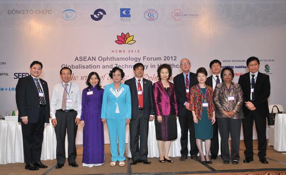 Các giáo sư, tiến sĩ, bác sĩ trong và ngoài nước tham dự trao đổi về vấn đề nhãn khoa tại hội thảo