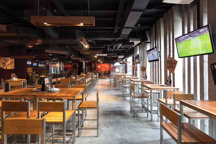 nha-hang-bia-Vuvuzela–Beer-Club-khong-gian-soi-dong-moi-9