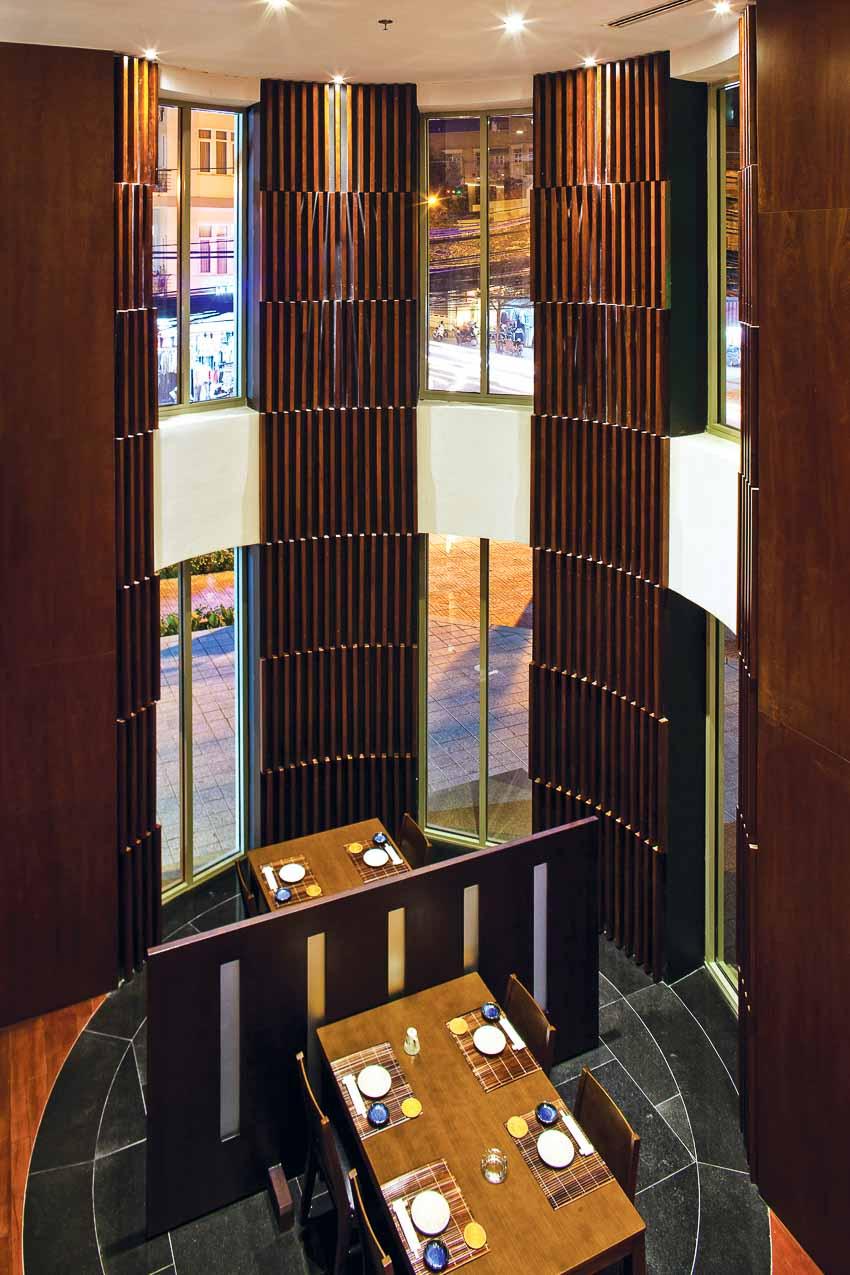 nha-hang-Sushi Dining AOI-go-va-anh-sang-6