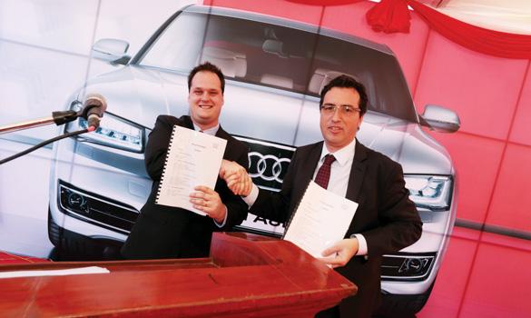Giám đốc bán hàng Audi tại Campuchia và Tổng giám đốc Công ty Ôtô Á Châu (nhà nhập khẩu Audi về Việt Nam) trong lễ ký kết hợp tác chính thức tại Phnom Penh, tháng 11-2013.