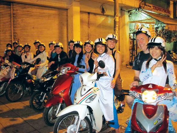 Xe ôm tour khám phá ngõ ngách Sài Gòn - Doanh Nhan+