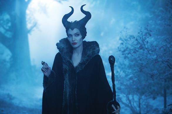 ... vào cuộc đời của nhân vật phản diện – mụ phù thủy Maleficent và cái tên  của bà ta cũng được chọn làm tên phim: Maleficent (tiếng Việt là Tiên hắc ám ).