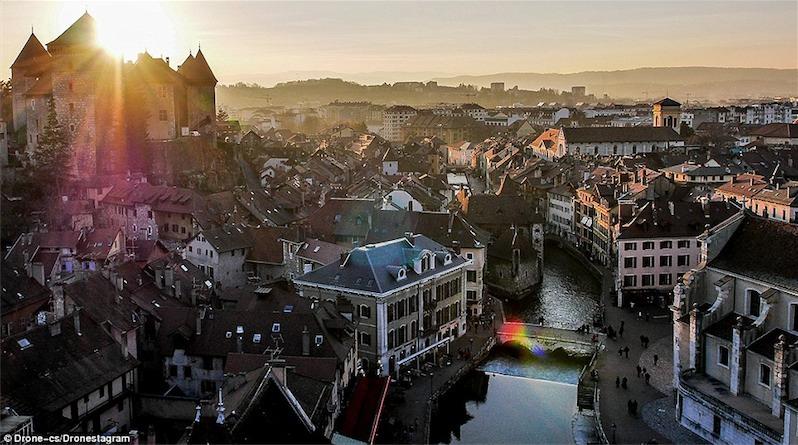 3. Vùng Annecy yên bình với những toà lâu đài cổ kính tại Pháp