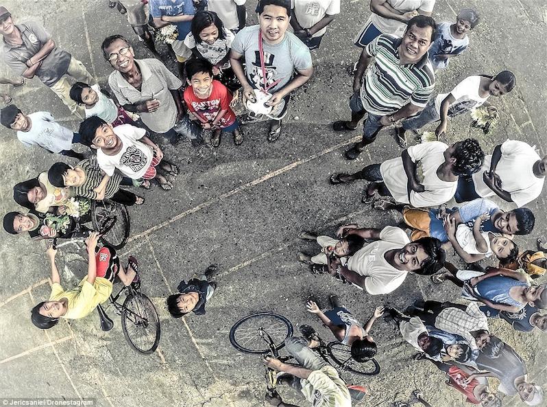 4. Giải nhì hình ảnh nhóm quay drone và khán giả hiếu kỳ