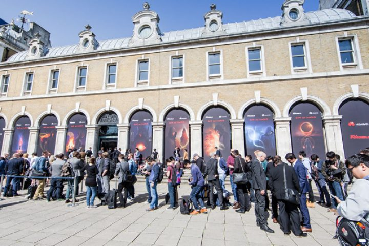 9-Crowds gather at the Huawei P8 Launch
