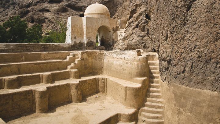 Cổng và lối dẫn xuống bể chứa nước hai ngàn năm tuổi