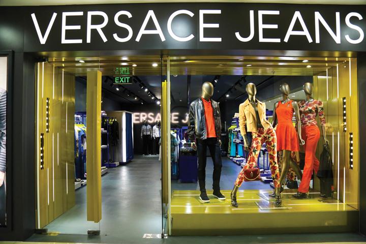 DN610_DDXH050615_Versace-Jeans-5