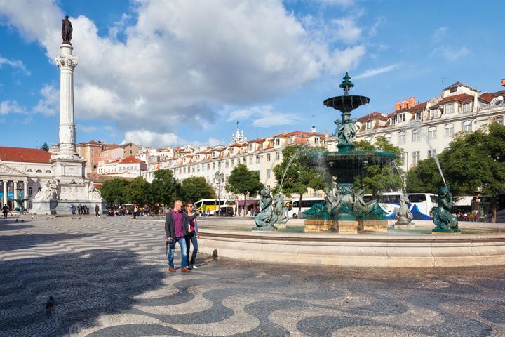 Quảng trường lát đá hai màu đen trắng đặc trưng phong cách Bồ Đào Nha