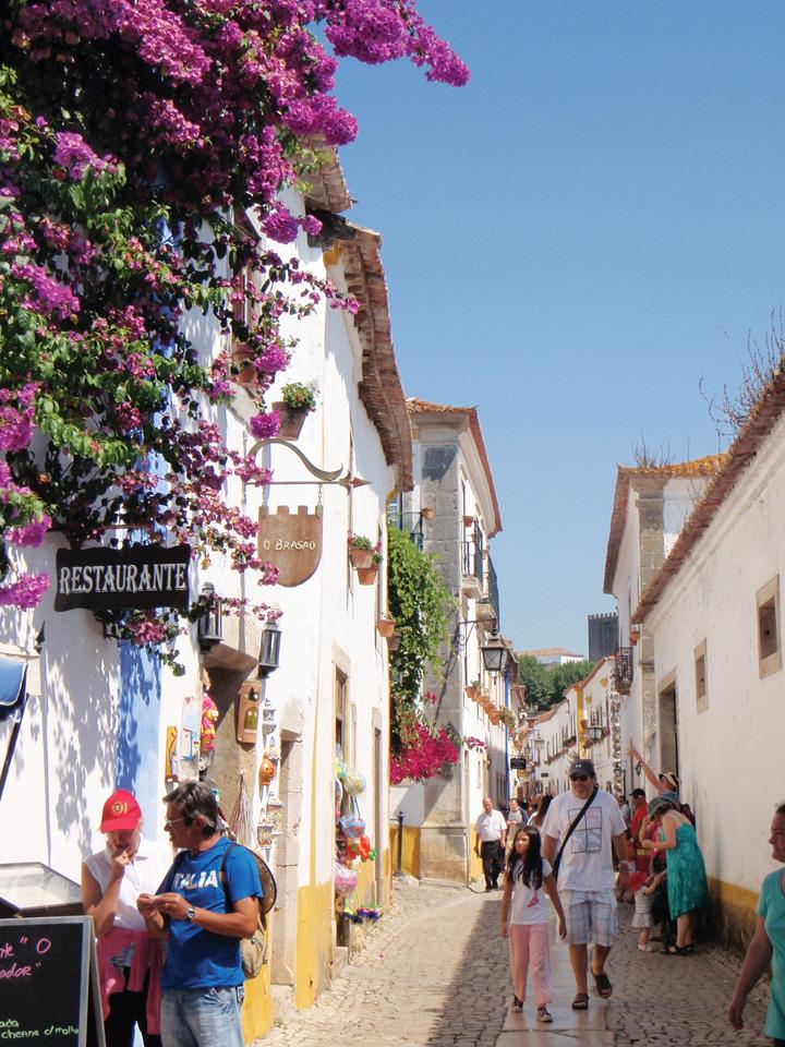 Một khu phố tập trung nhiều khách du lịch