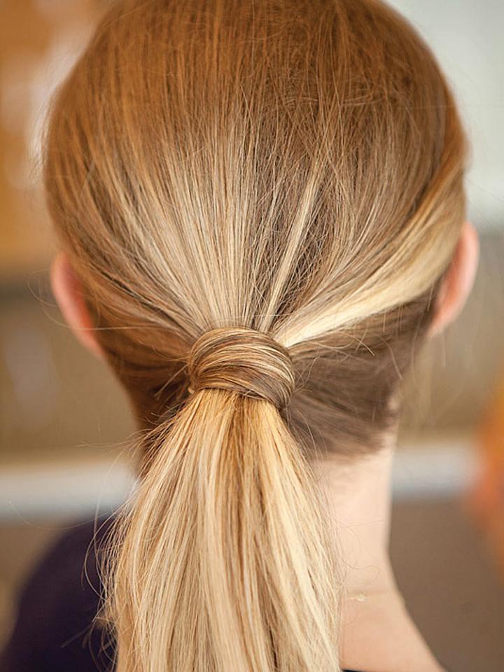 Luồn kẹp tăm bên dưới để cố định lọn tóc ngang