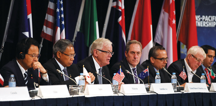 Australian Minister for Trade and Investment Andrew Robb, (3L),  and US Trade Representative Michael Froman,(C), attend a trade ministers and heads of delegation for the Trans-Pacific Partnership Agreement negotiations, media briefing in Sydney, Monday, Oct. 27, 2014. Ministers and heads of delegation from Australia, Brunei Darussalam, Canada, Chile, Japan, Malaysia, Mexico, New Zealand, Peru, Singapore, the United States and Vietnam have completed a three day meeting negotiating the Trans-Pacific Partnership Agreement on trade. (AAP Image/Dan Himbrechts) NO ARCHIVING