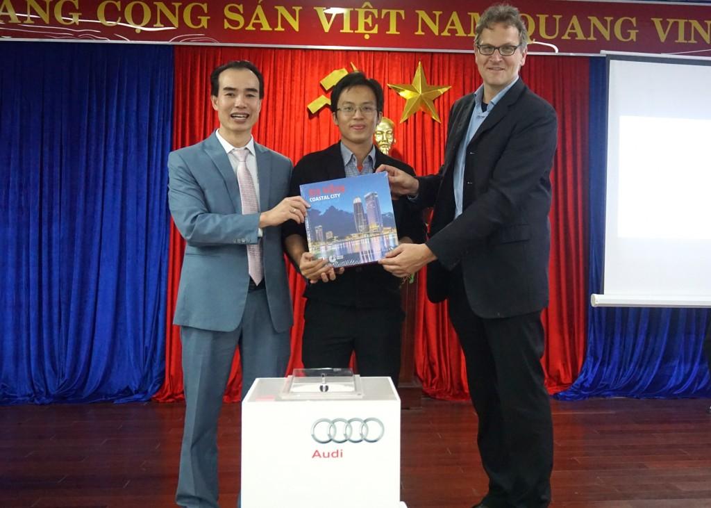 Mr. Nguyen Phu Tan - Giam doc chi nhanh Audi Da Nang trao tang sach cho ban doc may man