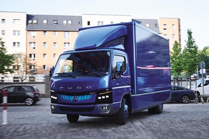 Fuso eCANTER, Exterieur, mittelblau metallic, Generator: DC 12 V 250 Amp, HV Batterie: 70 kWh, Motorleistung: 185 kW, Leergewicht: 2.860 kg, Nutzlast: bis zu 4.600 kg, 3 Sitzplätze // Fuso eCANTER, Exterior, mid-blue metallic, generator: DC 12 V 250 Amp, HV battery: 70 kWh, Engine power: 185 kW, curb weight: 2860 kg, payload: up to 4600 kg, seating capacity:3