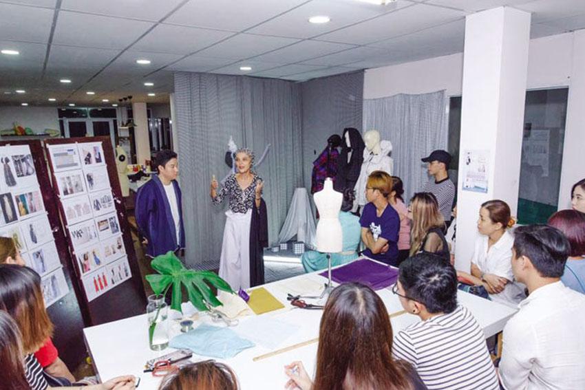 trien-lam-thoi-trang-guide-to-contemporary-fashion-TinHDDN-711-2017-ok