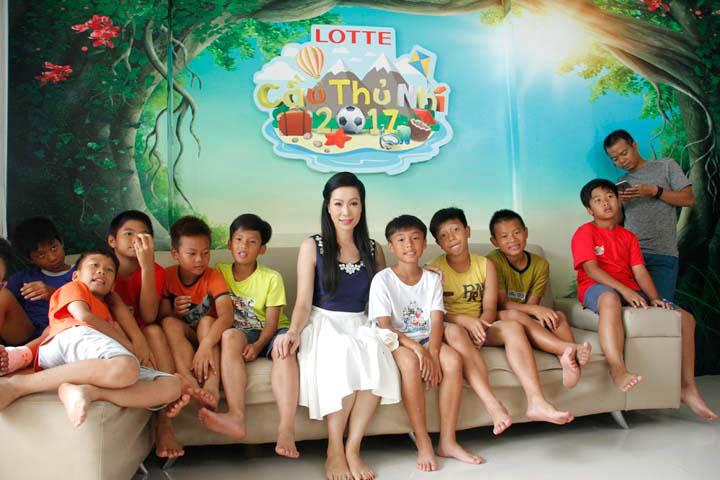 Cau-thu-nhi-nghe-si-Trinh-Kim-Chi-Tin-180817-3