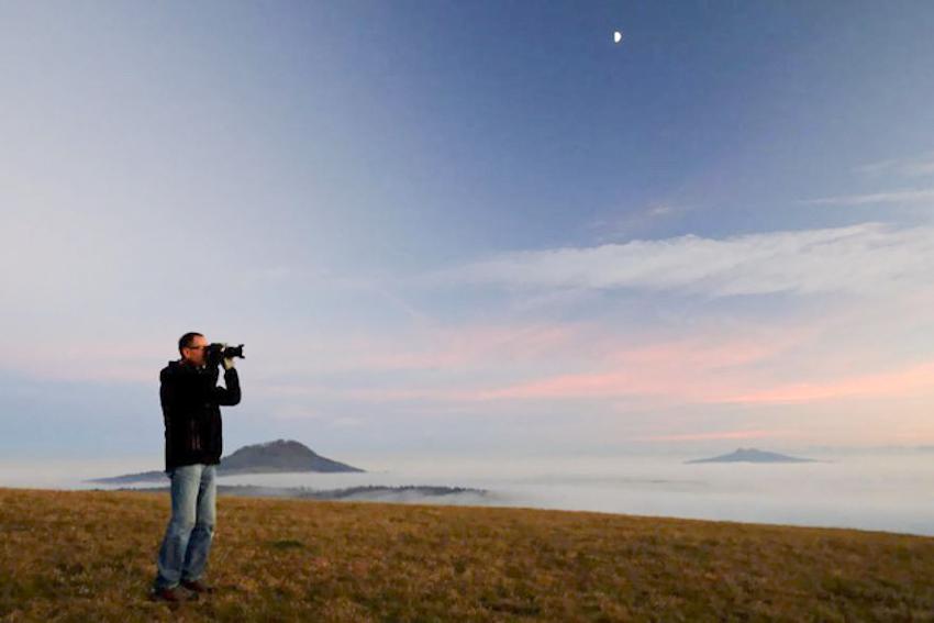 Kinh ngạc với vũ điệu chim sáo đá của nhiếp ảnh gia Daniel Biber