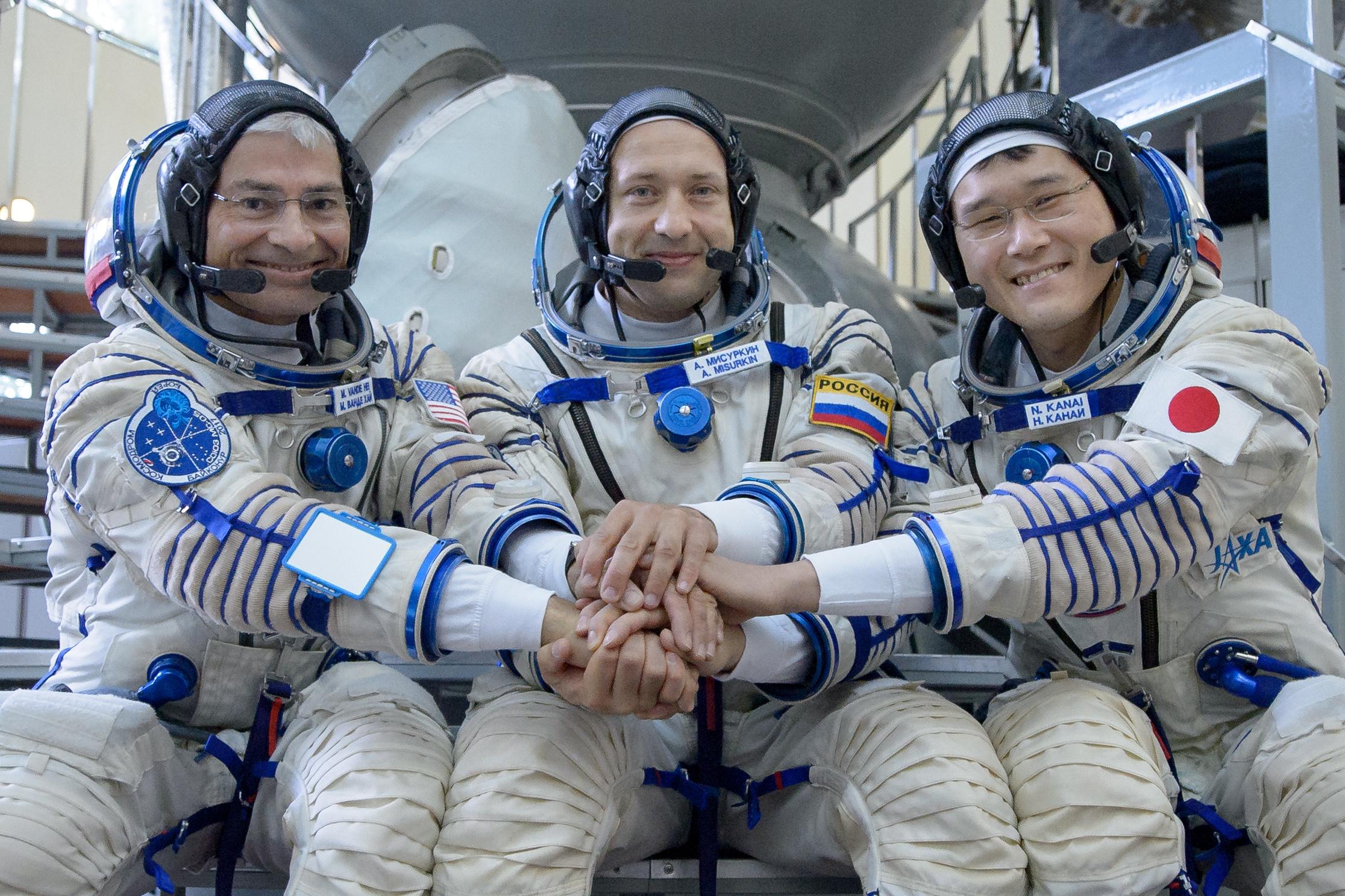 Norishige Kanai (bìa phải, hàng dưới) cùng các đồng nghiệp trên trạm ISS.