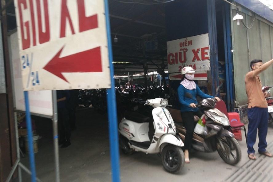 Nhân viên bãi giữ xe đường Tôn Thất Thiệp ra đường vẫy khách.