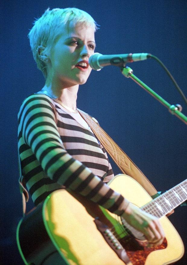 Dolores O'Riordan biểu diễn với Cranberries tại Shepherds Bush Empire ở London vào ngày 16 tháng 10 năm 1994.