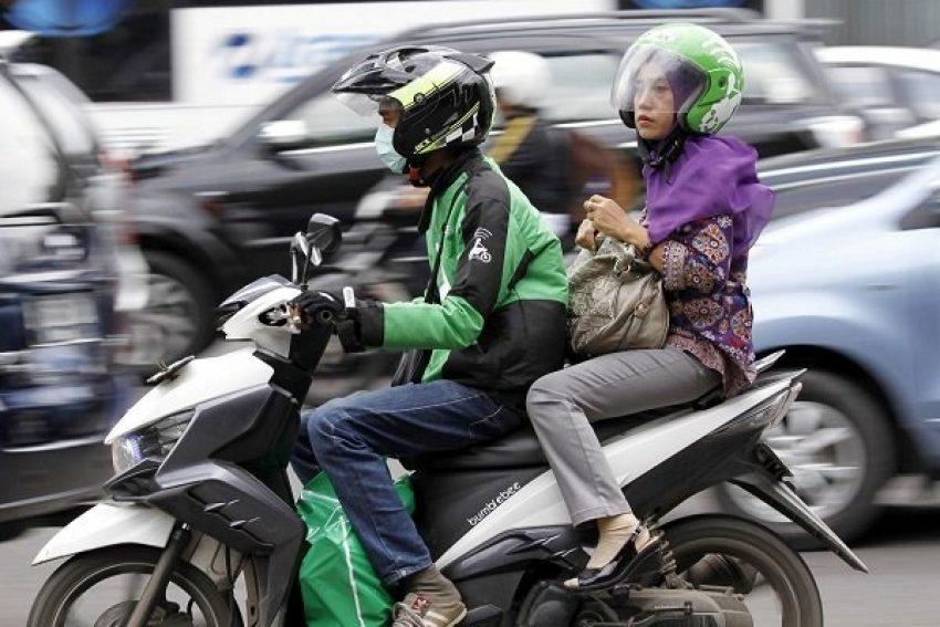 Tài xế xe ôm công nghệ của Go-Jek chở khách trên đường phố Jakarta, Indonesia. Ảnh: Reuters