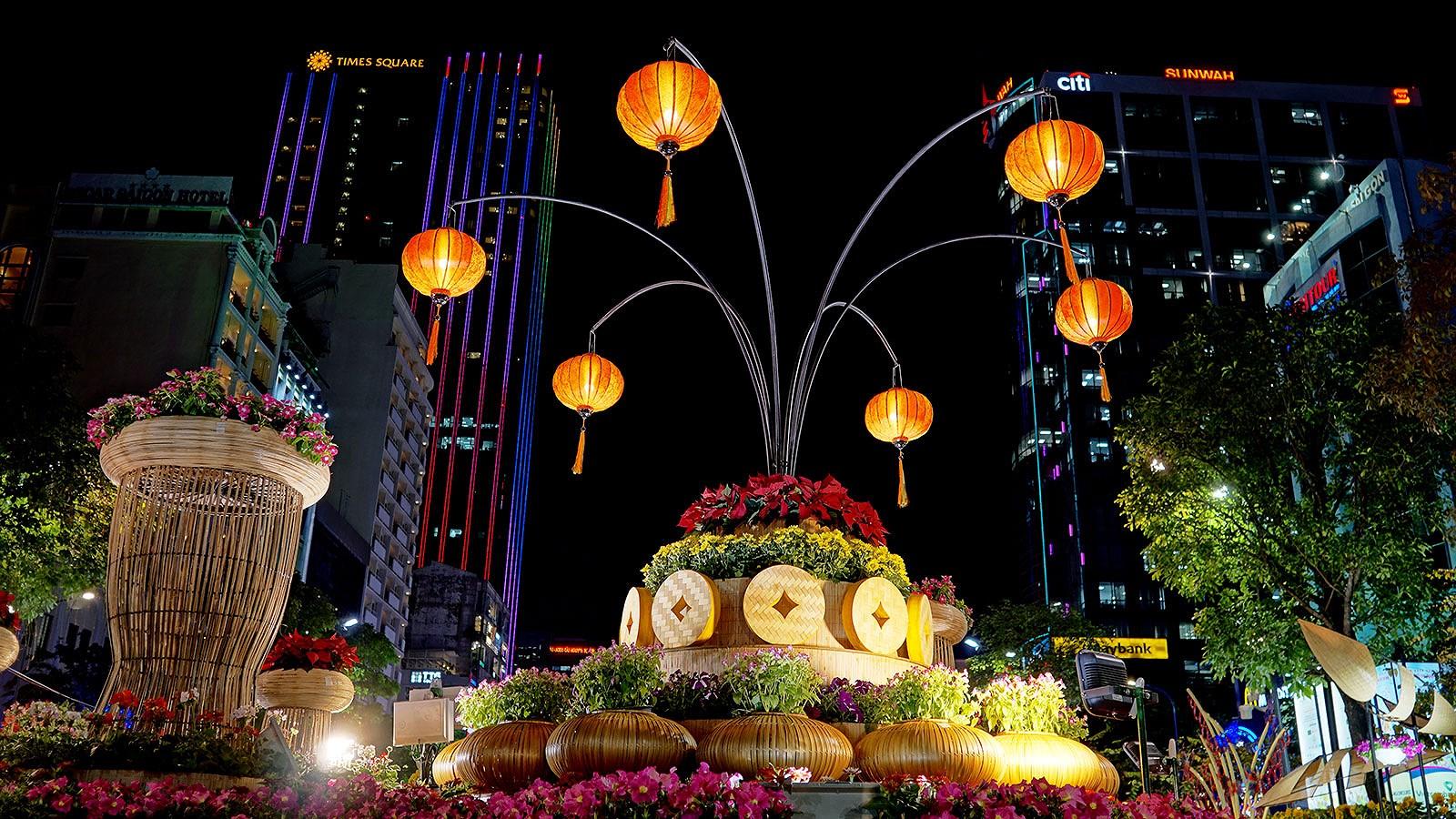 Cận cảnh đường hoa Nguyễn Huệ lung linh trước ngày khai mạc