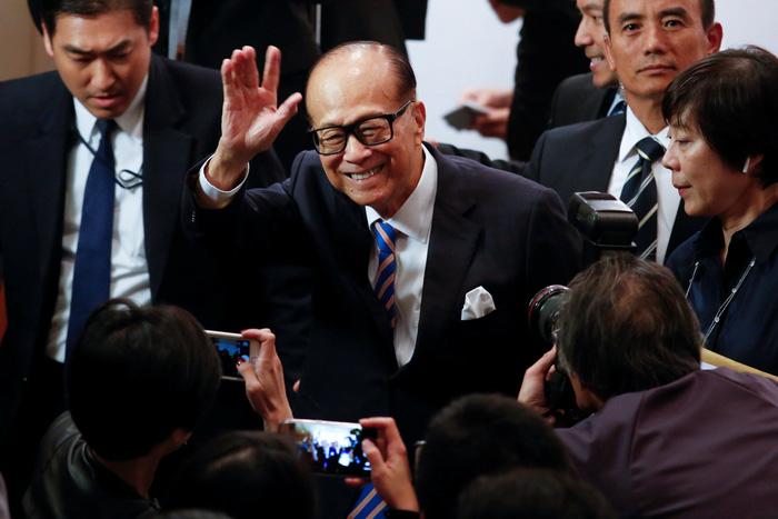 Tỉ phú Lý Gia Thành vẫy tay chào tạm biệt sau khi đọc tuyên bố từ chức vị trí Chủ tịch tại hai tập đoàn mà ông đã dầy công tạo dựng - Ảnh: REUTERS