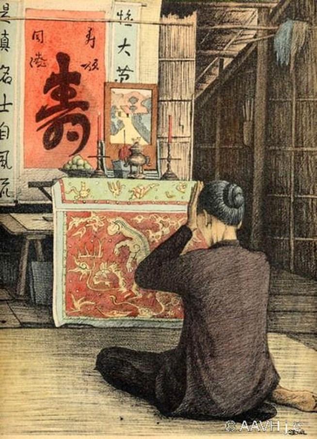 Người phụ nữ khấn vái trước bàn thờ gia tiên.