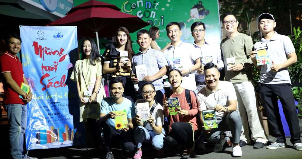 """Chương trình """"Mừng tuổi sách - Khai lộc tri thức"""" của Tủ Sách Nhân Ái thực hiện dịp Tết Mậu Tuất 2018, đã lì xì gần 4.000 cuốn sách cho người dân ở TP.HCM, Vinh, Nghệ An, Hà Tĩnh... Ảnh: CTV"""