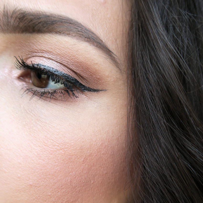 Kẻ mắt eyeliner từ sáp ong, dầu dừa & than hoạt tính 1