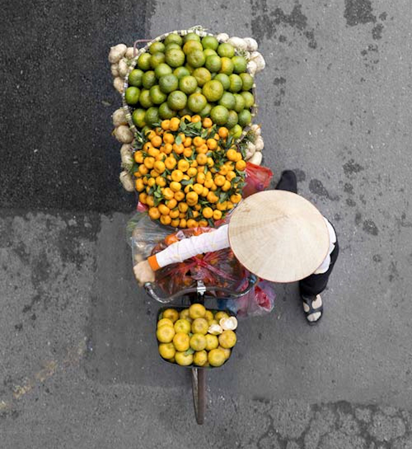 Những gánh hàng rong Hà Nội đẹp ngỡ ngàng qua ống kính của Loes Heerink