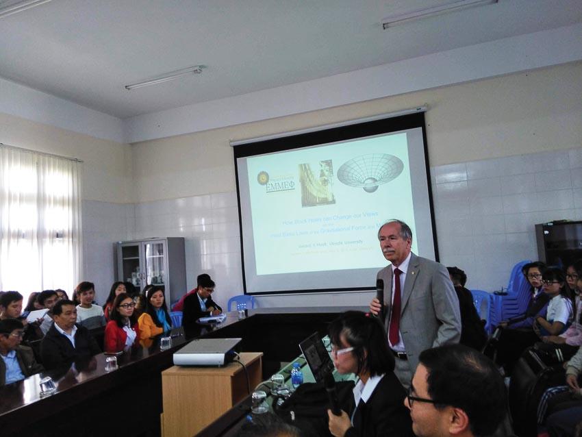 Giáo sư Gerard 't Hooft nói chuyện với sinh viên Đà Lạt về vật lý lý thuyết