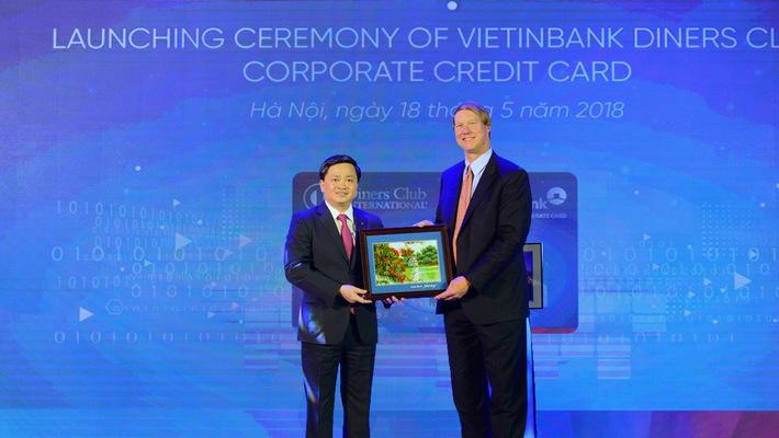 Ông Lê Đức Thọ - Tổng Giám đốc VietinBank (bên trái) tặng quà lưu niệm ông David Nelms - Chủ tịch kiêm Tổng giám đốc điều hành Discover Finanical Services.