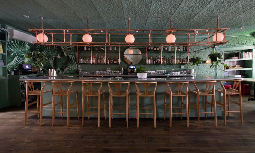 Không gian phủ đầy cây xanh tại nhà hàng ẩm thực Việt Nam - Di An Di ở Brooklyn