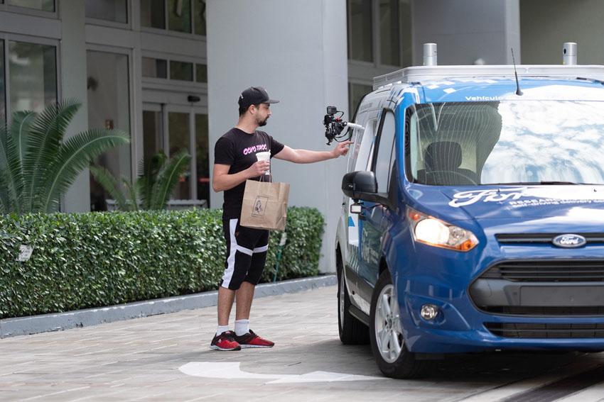Ford triển khai xe giao đồ ăn tự động không người lái tại Mỹ