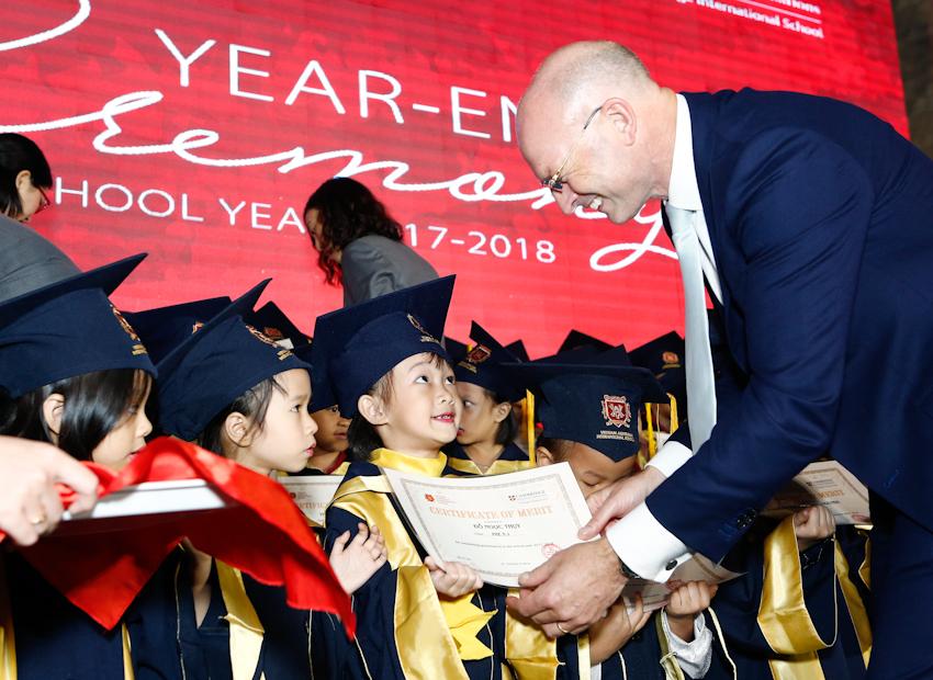 VAS trao học bổng Tài năng cho 14 học sinh xuất sắc nhất hệ thống