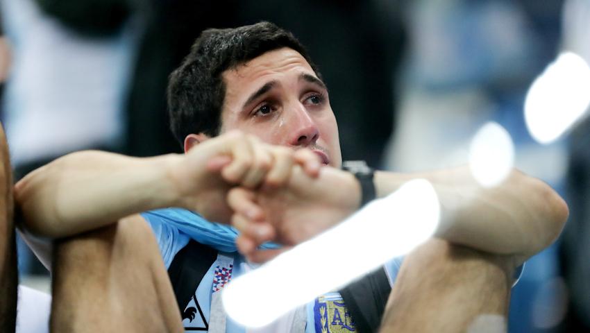 Cổ động viên Argentina thẫn thờ rơi nước mắt sau trận thua nghiệt ngã