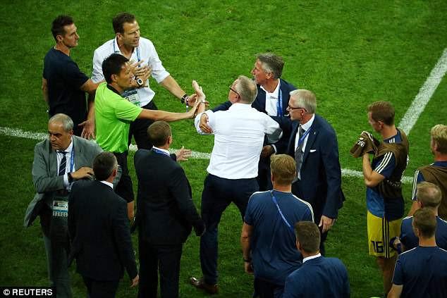 Ban huấn luyện Đức và Thụy Điển xung đột sau trận đấu