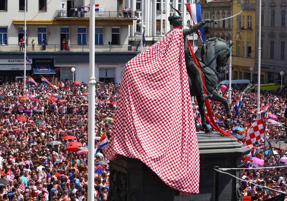 Biển người chào đón những người hùng Croatia trở về sau World Cup 2018