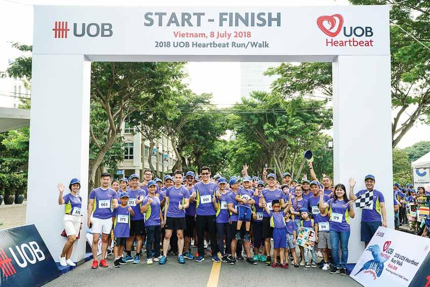 Nhân viên Ngân hàng UOB tham dự hoạt động chạy bộ, đi bộ nhằm gây quỹ từ thiện