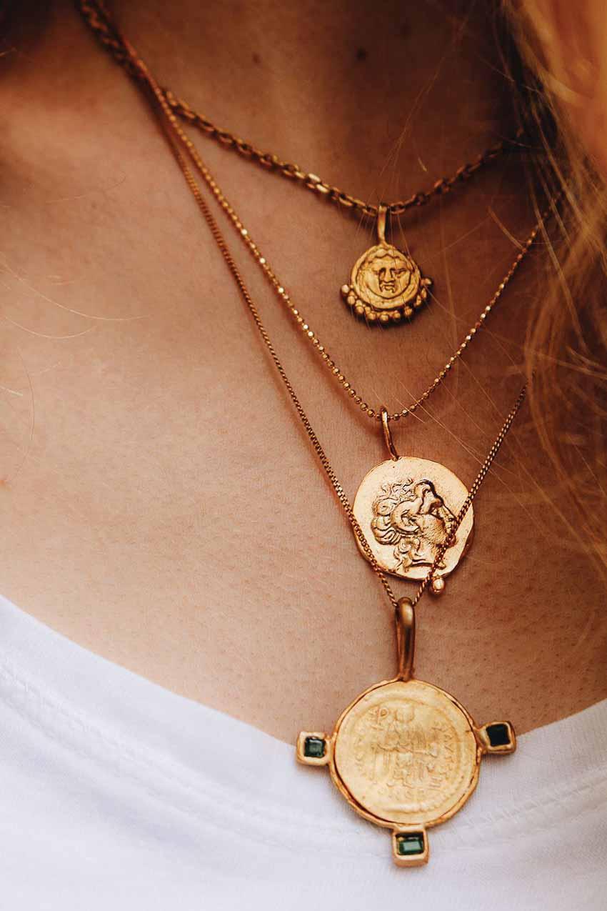 Vẻ đẹp bí ẩn của vòng cổ mặt đồng xu cổ