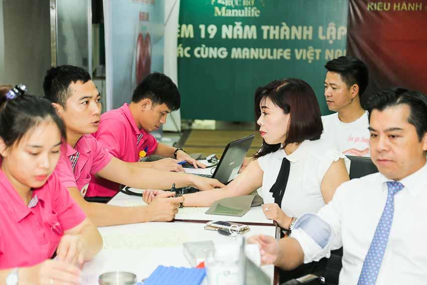 DN-Manulife-tiep-tuc-hien-tang-gan-350-don-vi-mau-cho-cong-dong-Tin-020818-1