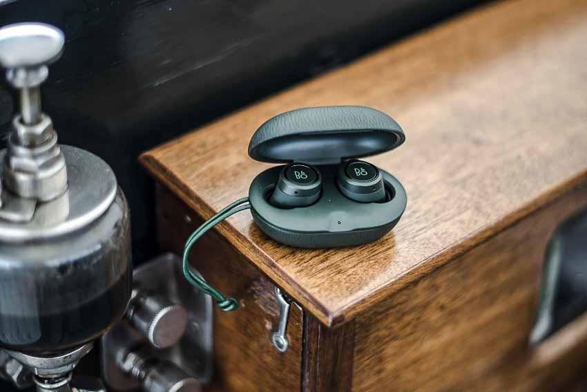 Tai-nghe-BeoPlay-E8-Racing-Green-cua-Bang-&-Olufsen-3
