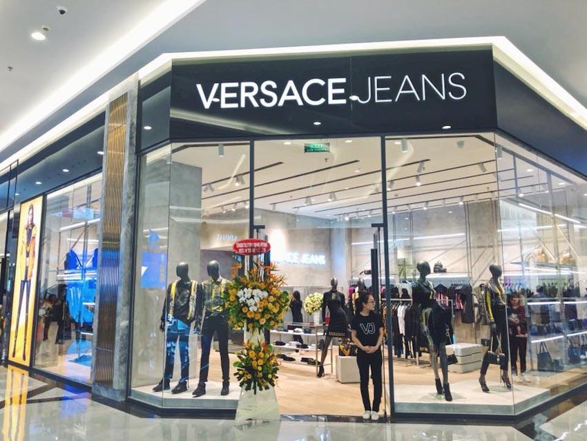 Các fashionista đọ street style cực chất tại Versace Jeans Landmark 81