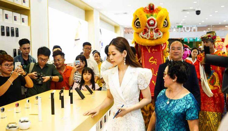 Ca sĩ Chi Pu tham quan Cửa hàng