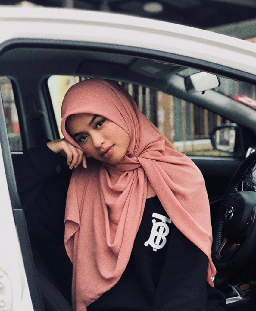 Cô nàng fashionista người Malaysia Qhouirunnisa' Syasya cũng bắt kịp xu hướng tinh hành của giới mộ điệu