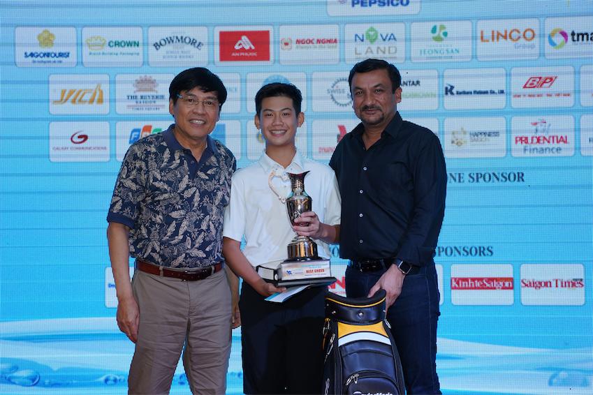 Gôn thủ 13 tuổi Đặng Quang Anh nhận cúp vô địch từ Ông Phạm Phú Ngọc Trai và Ông Uday Shankar Sinha.