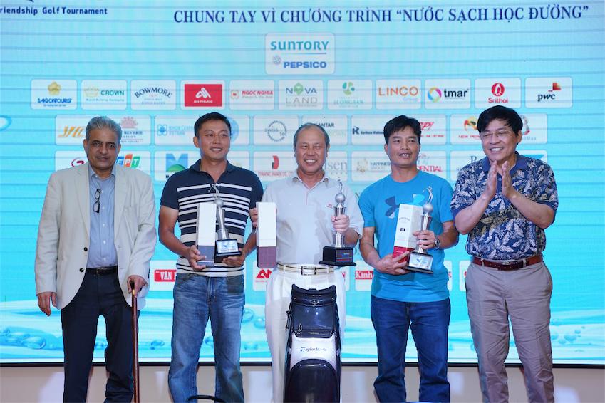 Giải đấu có sự tham dự của Ông Shekhar Mundlay – Tổng Giám Đốc Ngành Hàng Nước Giải Khát, Suntory Beverage & Food Asia (đầu tiên từ trái sang) là nhà đồng sáng lập giải đấu cùng Ông Phạm Phú Ngọc Trai.