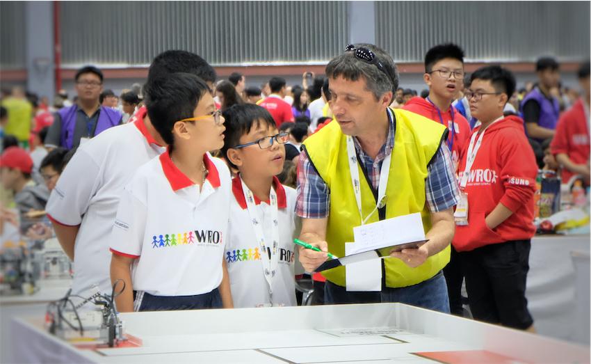 Thí sinh bảng Thường (Junior) hội ý với giám khảo.