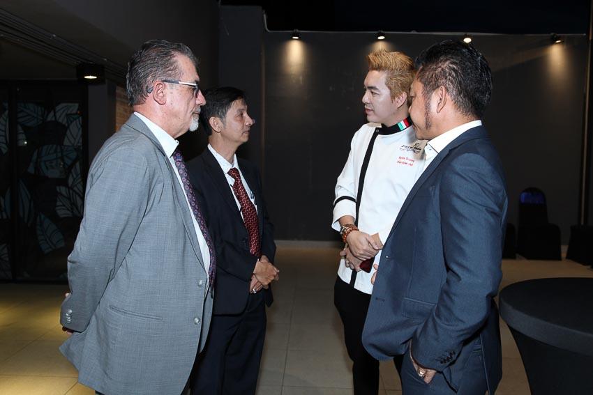 Đại diện SHP và các đối tác Culinary Solutions Australia, JR Training, ITEDIC và các khách mời giao lưu trước buổi họp báo