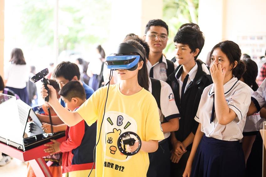 Các bạn học sinh được trải nghiệm những sản phẩm công nghệ hiện đại tại VTM Tour 2